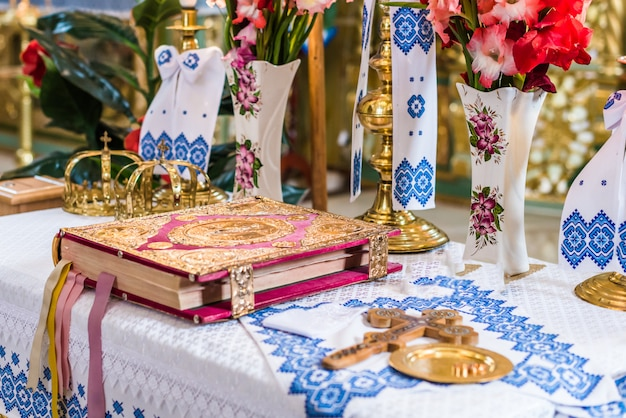 Crowns and scripture on altar