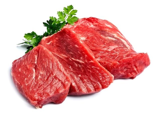Сырое мясо с петрушкой изолированные