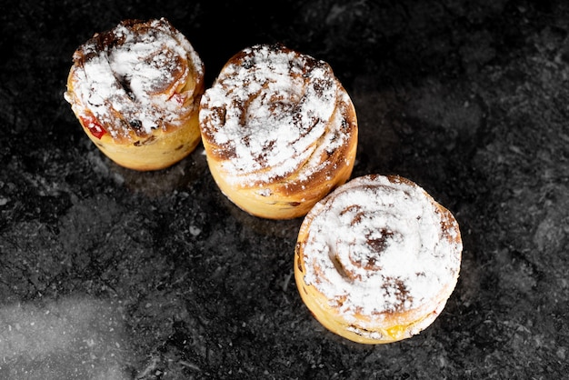 Cruffins, the modern baking trend of the year is puff muffin, a mix of croissants and cupcakes. Premium Photo
