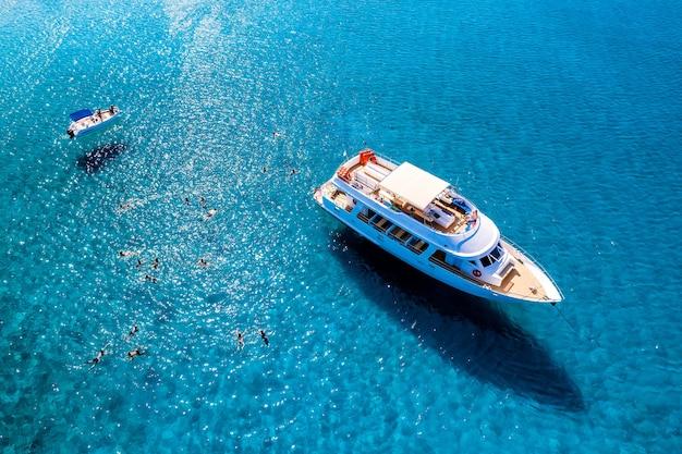 海での観光客とのクルーズボート、オーバーヘッドショット