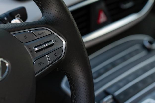 Переключатель круиз-контроля крупным планом. рычаг адаптивного круиз-контроля. круиз-контроль на руле.