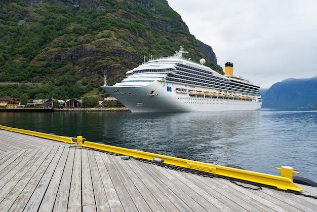 Круизный лайнер в водах аурландс-фьорда, норвегия