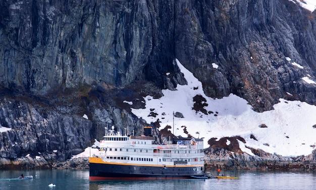 알래스카주 글레이셔만 국립공원에 정박한 유람선