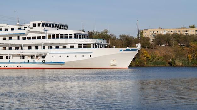 Круизный лайнер с туристами проходит по волго-донскому пароходному каналу имени ленина.