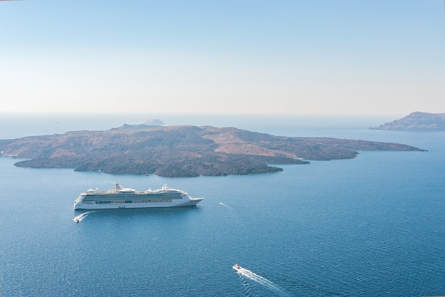 Круизный лайнер и лодки недалеко от острова санторини
