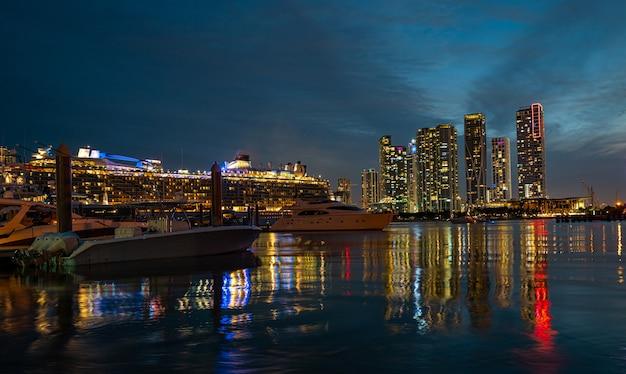 クルーズ船とマイアミのスカイラインビスケーン湾のマイアミフロリダアメリカのスカイライン