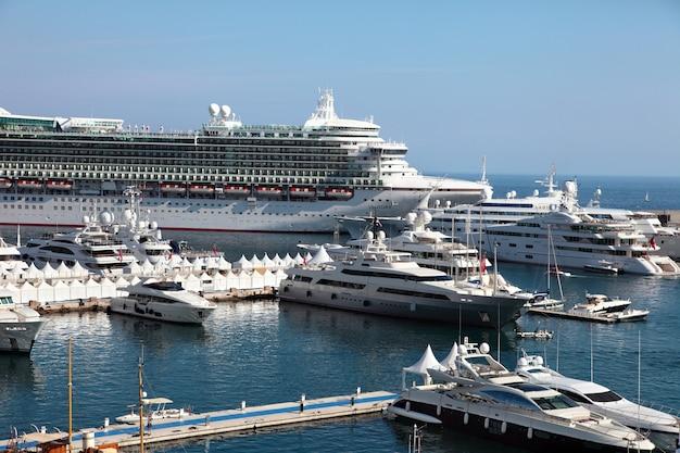 Круизный корабль и яхты в монако