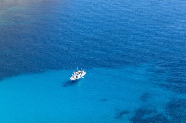 유람선. 열린 푸른 지중해에서 큰 유람선입니다.