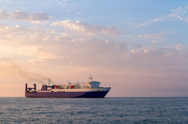 Круизный корабль в черном море с пасмурным небом