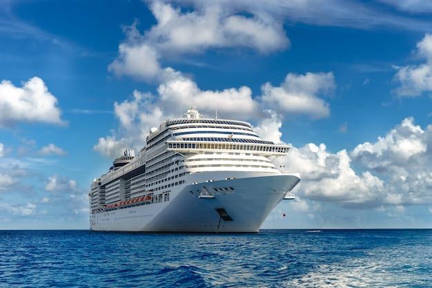 Круизный корабль в кристально голубой воде с голубым небом