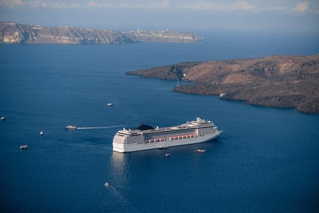 サントリーニ島の火山近くのクルーズ船