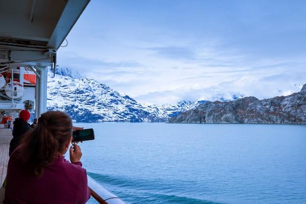 アラスカのグレイシャーベイ国立公園を航行するクルーズ船