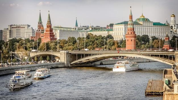 Круизный корабль плывет по москве-реке. центр москвы