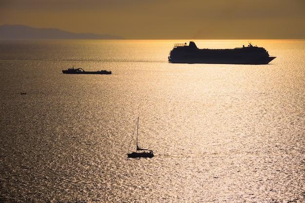Силуэт круизного лайнера в эгейском море на закате