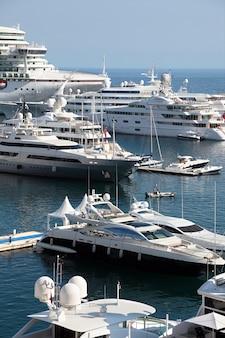 モナコのクルーズ船とヨット
