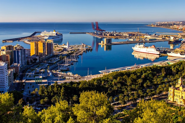 Круизные лайнеры в гавани малаги, испания Premium Фотографии