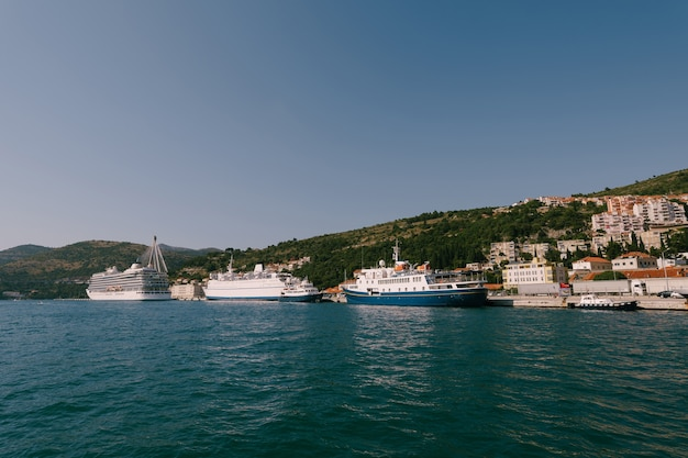 クルーズ船は、橋の近くのドゥブロヴニクのグルス港に係留されています。