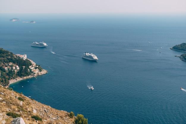 크로아티아의 올드 타운 두브 로브 니크 근처 유람선