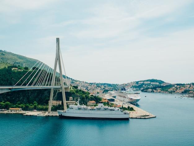 두브 로브 니크, 크로아티아의 다리 근처 유람선.