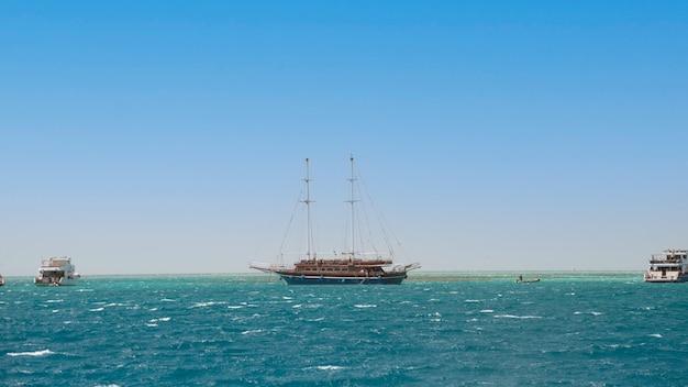 Hurghada 근처 이집트 홍해에서 여름 시간에 크루즈 요트