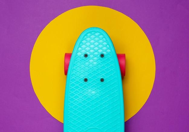 Доска круизера на фиолетовом с желтым кружком посередине