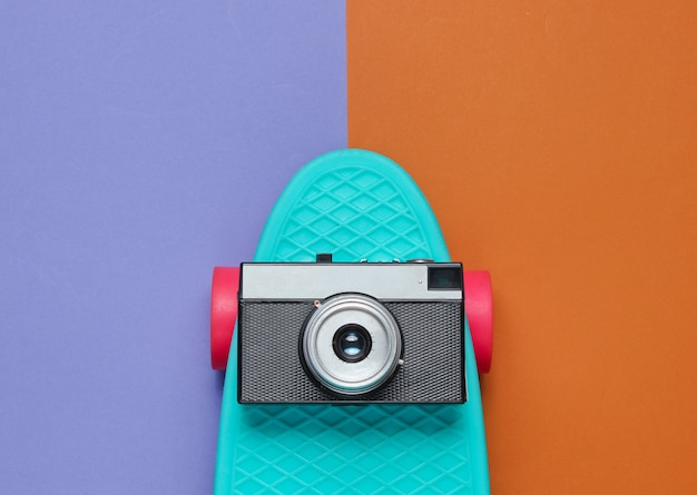 Доска cruiser с ретро камерой на двухцветной бумаге