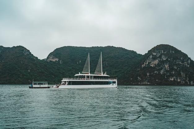 ベトナムのユネスコ世界遺産に登録されているハロン湾の美しい石灰岩と人里離れたビーチの間をクルージング。