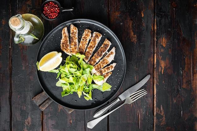 砕いた鶏胸肉のグリル、木製のテーブル、フラットレイ