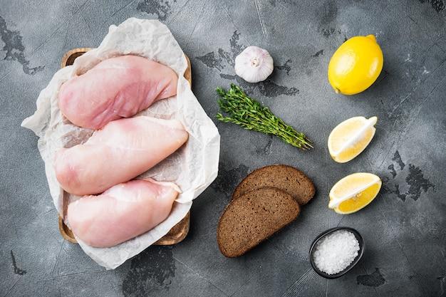 회색 배경에 구운 익히지 않은 닭 가슴살 재료, 위쪽