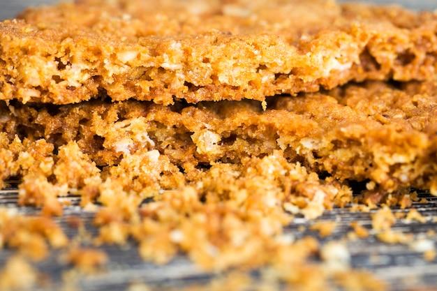 Раскрошить в большом количестве крошку овсяное печенье, свежее и запечь домашнее.
