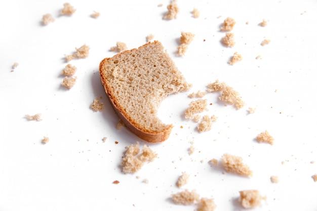 부스러기와 빵 조각을 닫습니다. 빵집, 음식 개념