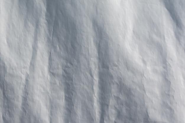 구겨진 인공 흰색 천을 배경으로 인공 재료의 패턴과 질감