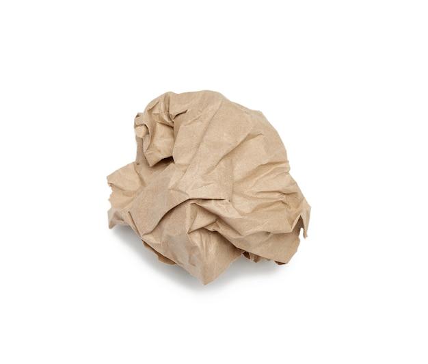Мятый шар коричневого листа пергаментной бумаги, изолированные на белом фоне