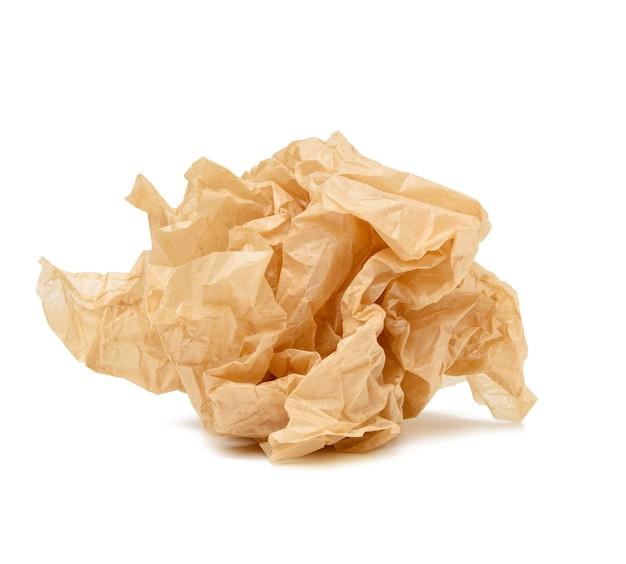 Мятый шар коричневого листа пергаментной бумаги, изолированный на белой поверхности, элемент для дизайнера