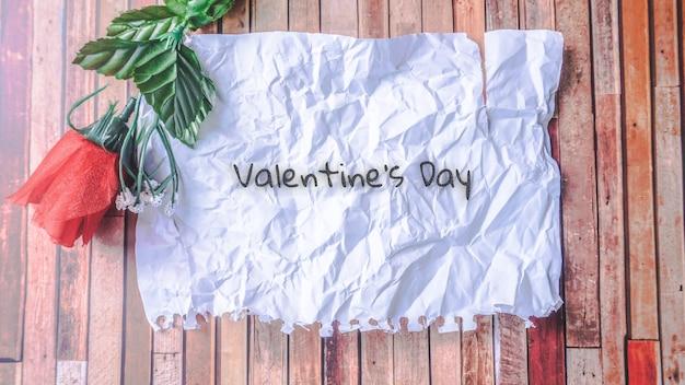 디자인, 텍스트 복사 공간 나무 배경에 장미 꽃과 구겨진 된 빈 종이. 발렌타인과 사랑 개념