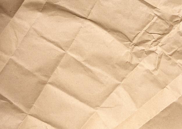 茶色のラッピングクラフト紙のしわくちゃの空白のシート