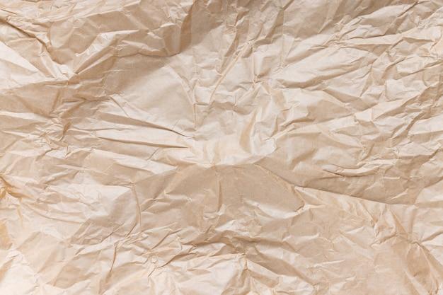 선물 포장 또는 포장용 구겨진 갈색 크래프트 종이. 닫기, 질감 배경, 오염 및 재활용 개념