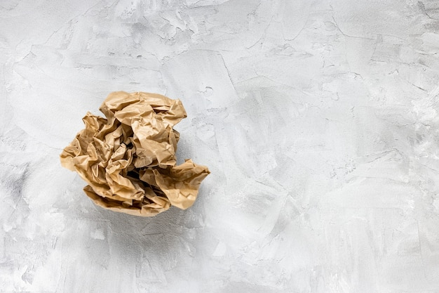 灰色のしわくちゃの茶色のクラフト紙