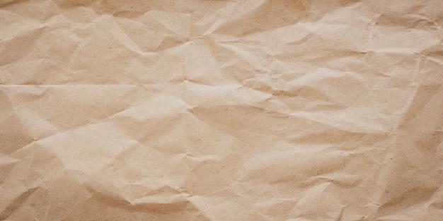 Скомканная текстура коричневой бумаги, предпосылка. грязный морщинистый пергамент.