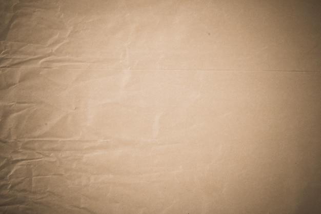 しわくちゃの茶色の紙のテクスチャー面。