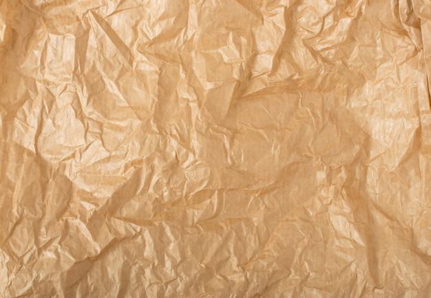 Вид сверху мятой крафт-бумаги с копией пространства для коллажей