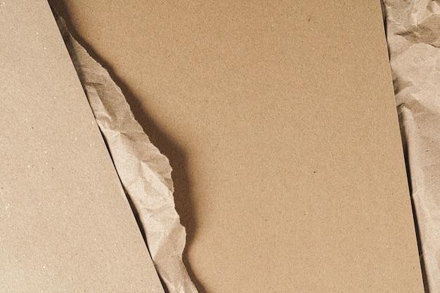 Мятой крафт-бумаги с картонными листами крупным планом, копией пространства