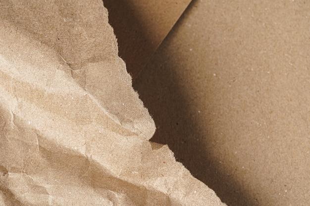 Мятая крафт-бумага с картонными листами крупным планом