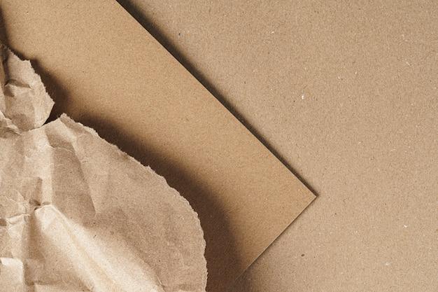 Мятая крафт-бумага с картонными листами