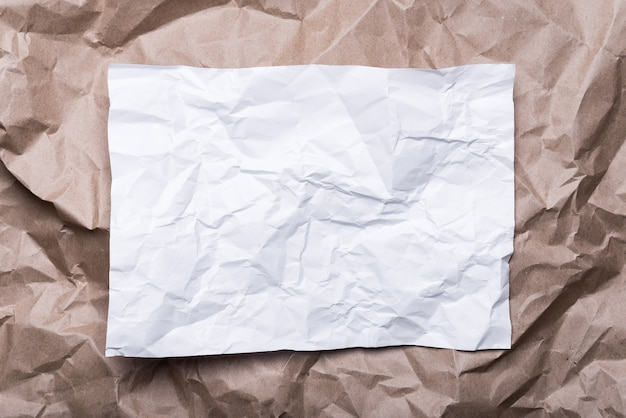 フレームのようなしわくちゃのクリームクラフト紙、白い紙、背景の質感。