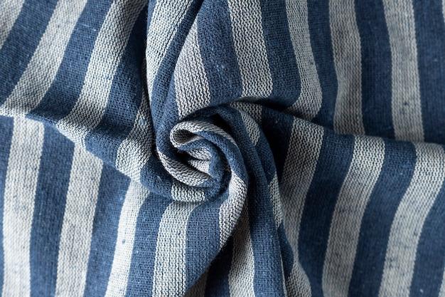 Текстура мятой льняной ткани. мятый текстиль. синие и серые полосы.