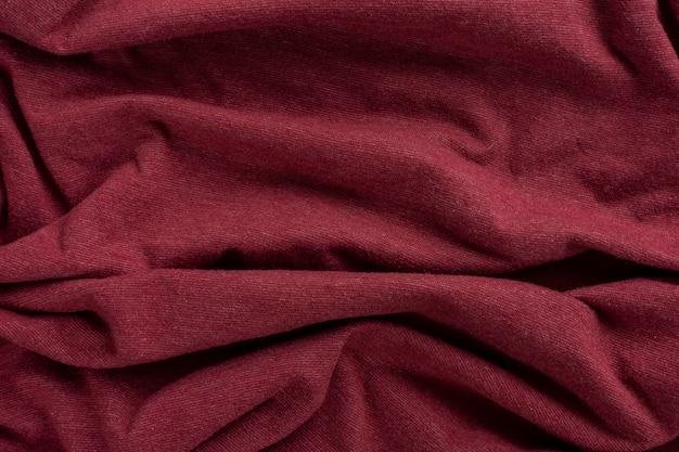 구겨진 리넨 옷감 질감. 주름진 섬유. 빨간.