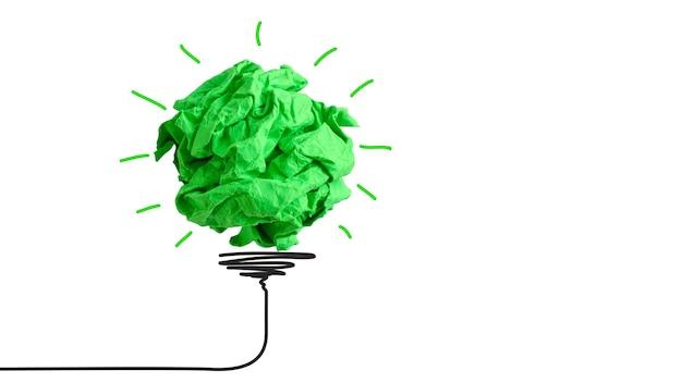 전구처럼 구겨진 녹색 종이 덩어리