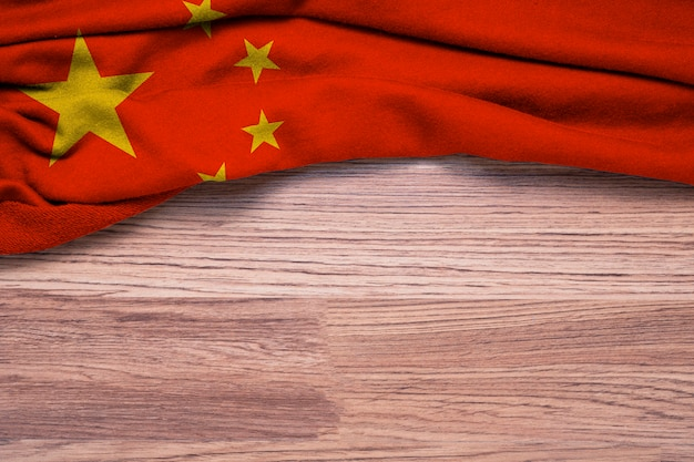 木製の背景に中華民国の旗のしわくちゃ。