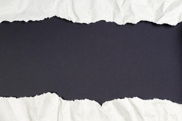 복사 공간이 있는 검은색 배경을 나타내기 위해 찢어진 구겨진 패키지 용지